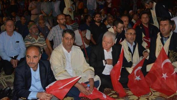 Darbe girişimi protestosunda toplu akşam namazı
