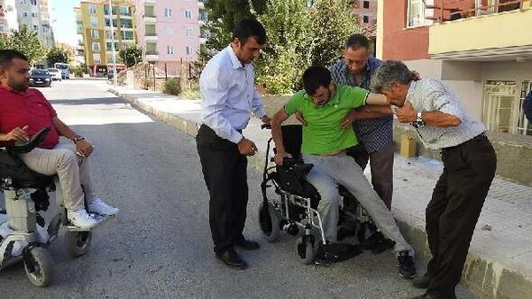 Engelli hayırsever iki engelliye akülü araç hediye etti