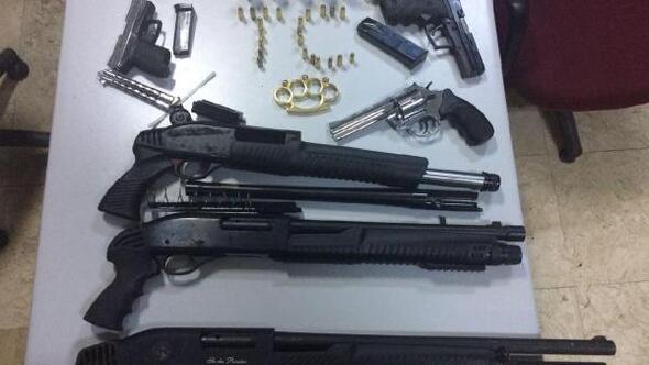 Konyada iki barda ruhsatsız silahlar ele geçirildi
