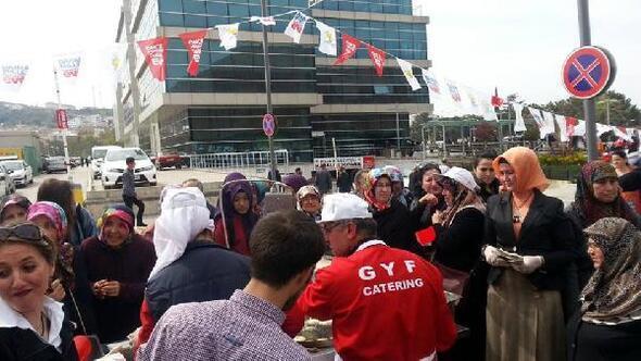 AK Parti Bigada 'Evet' lokması dağıttı