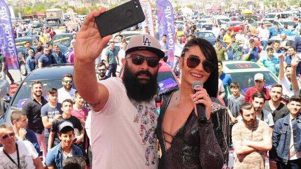 Dilara Gürkan, festivale kostümüyle damga vurdu