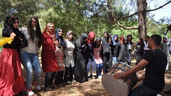 Polis ile öğrenciler piknik yapıp eğlendi