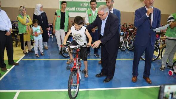 Nizipte yetim çocuklara bisiklet