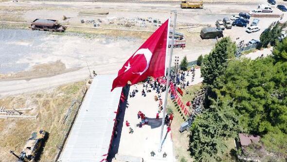 Ceylanpınarda Suriye sınırına dev Türk Bayrağı