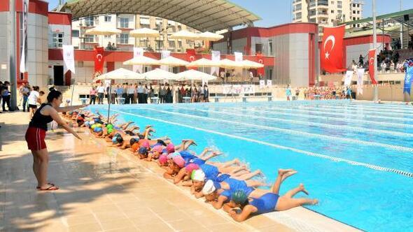 Adanalı çocuklara yüzme eğitimi