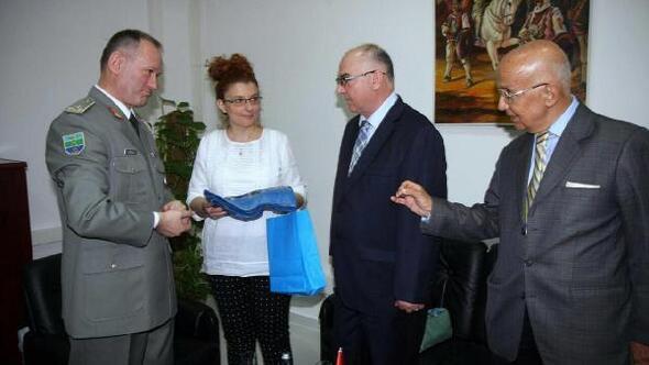 Arnavutluk Genelkurmay Başkanı'ndan plaket aldı