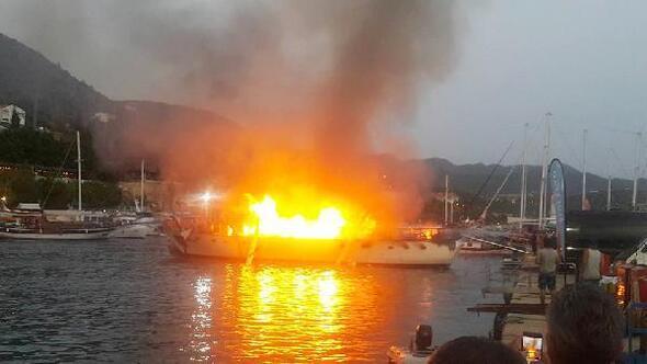 Limanda demirli lüks tekne yanarak kül oldu