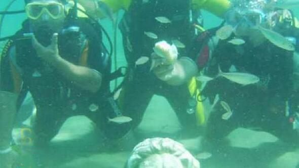 Heykellerini denizaltında sergileyen dalgıcın başı definecilerle dertte
