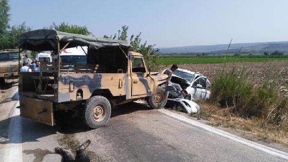 Kaçak göçmenleri taşıyan araç askeri araçla çarpıştı: 6 yaralı