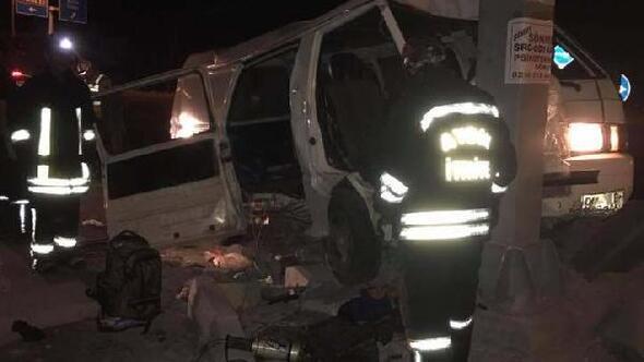 Kaçak göçmenleri taşıyan minibüs devrildi: 1 ölü, 19 yaralı