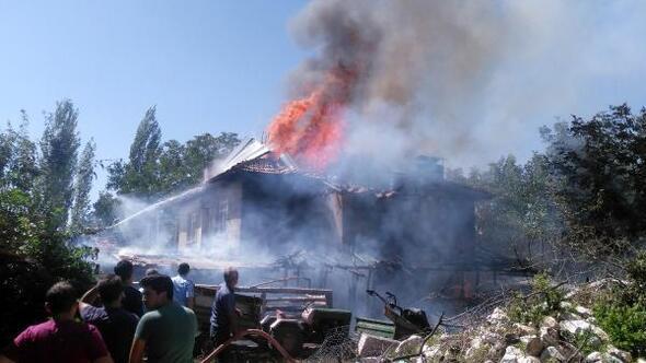 İki katlı ahşap ev yangında kül oldu