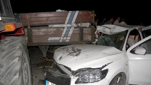 Otomobil, traktöre çarptı : 2si ağır 4 yaralı