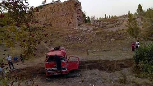 Akaryakıt tankeri şarampole uçtu; sürücü öldü