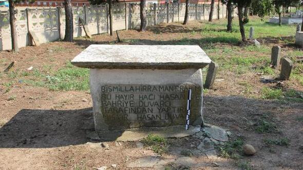 Köy mezarlığındaki musalla taşı, tarihi yazıt çıktı