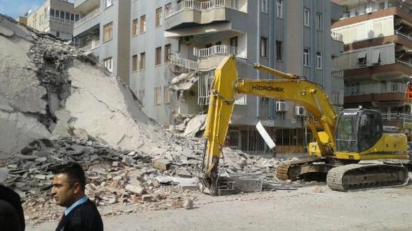 Yıkımı yapılan 6 katlı bina çöktü, yan bina hasar gördü