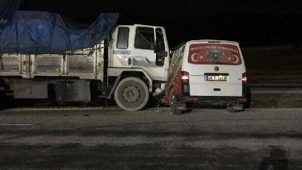 Kamyon, minibüse çarptı: 2 ölü, 6 yaralı
