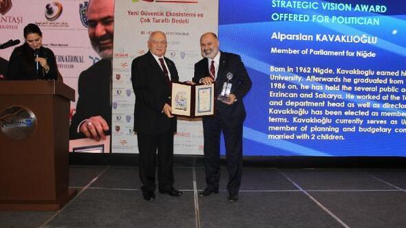 Kavaklıoğlu'na, stratejik vizyon sahibi siyasetçi ödülü