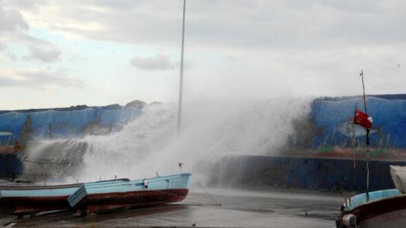 Akçakocada şiddetli rüzgar balıkçı kayığını batırdı
