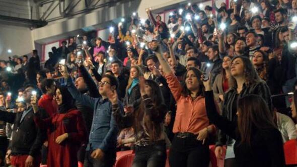 Şarkıcı Ece Seçkin, önce protesto edildi sonra coşturdu
