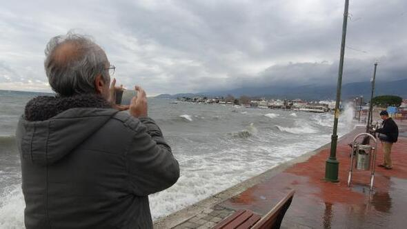 Sahili döven dev dalgalar fotoğraf kareleri ile ölümsüzleştirildi