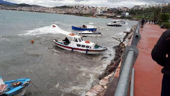 Dikilide şiddetli rüzgar, teknelerde hasara yol açtı