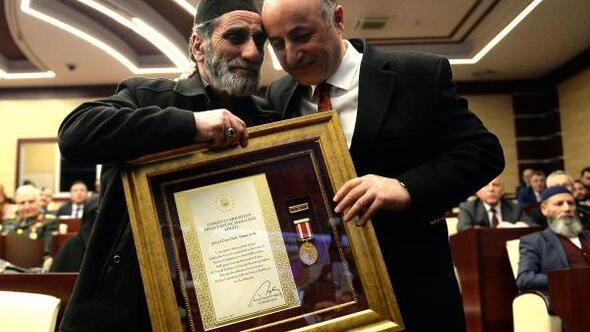 Övünç madalyası töreninde gözyaşı