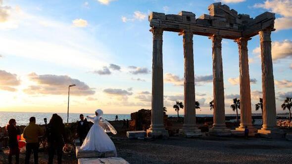 Apollon Tapınağının gün batımı manzarasında düğün fotoğrafı