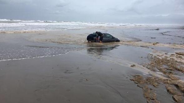 Sahildeki otomobil sulara gömüldü