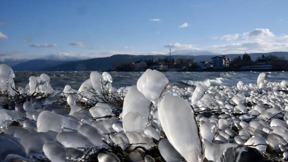 Eğirdir Gölünün kıyısı dondu