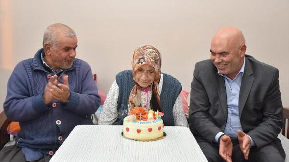 105 yaşındaki Elif Nineye doğum günü sürprizi