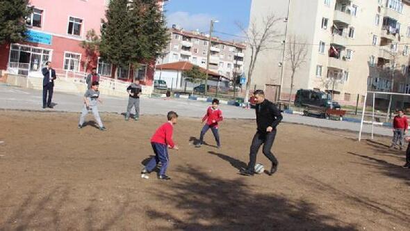 Kırklareli İl Milli Eğitim Müdürü Aşım, öğrencilerle futbol oynadı