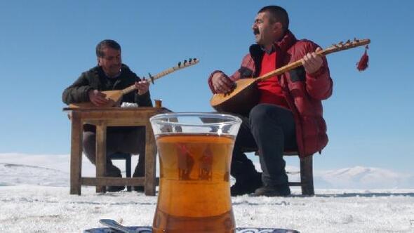 Buz tutan Çıldır Gölü üzerinde Aşık Veysel'in bağlaması ile eserlerini seslendirdi
