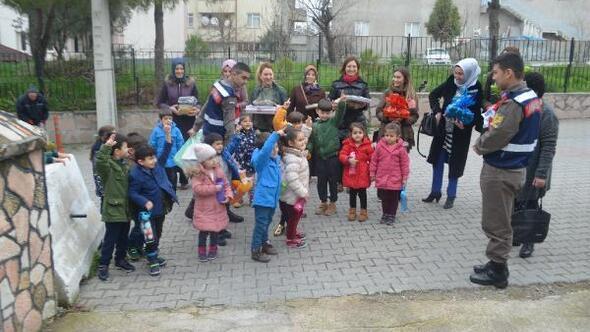 Savaştepe anaokulu öğrencilerinden Jandarmaya moral ziyareti