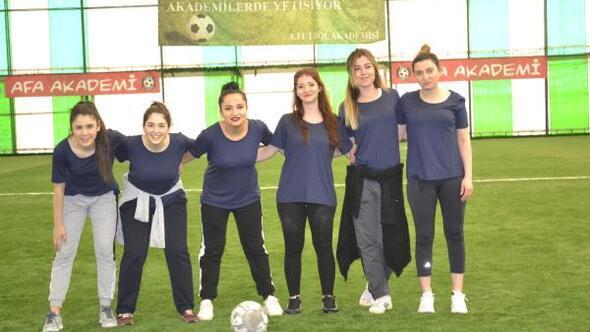 Kadınlar futbol oynadı erkekler alkışladı