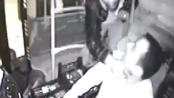 Halk otobüsü sürücüsünün boğazına bıçak dayadı