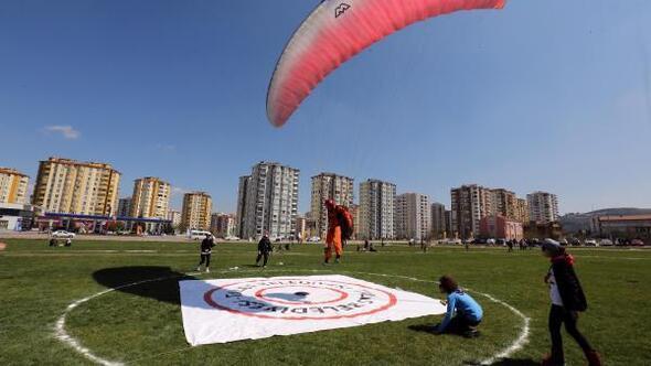 Yamaç paraşütü hedef şampiyonası başladı