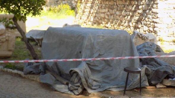 Kaçak kazıda bulunan 2 bin yıllık lahit müzeye teslim edildi