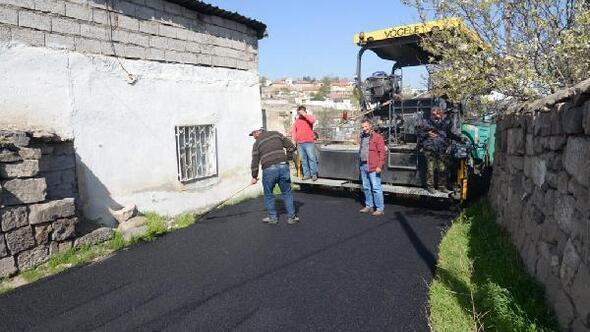 Nisan ayının ilk asfaltı Karacaoğlu mahallesine döküldü