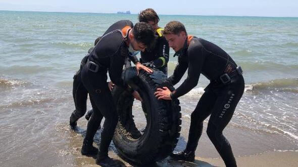 Dalgıçlar denizde, öğrenciler kumsalda temizlik yaptı