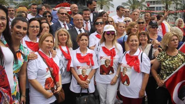 İzmirde CHPlilerden İzmir Marşı ile kutlama