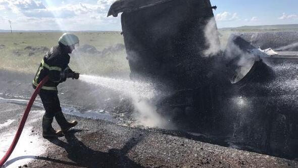 Ham petrol yüklü tanker, kaza yaptıktan sonra yandı