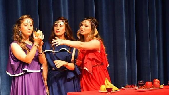 Üniversite öğrencilerinden Üç güzeller adlı tiyatro oyunu