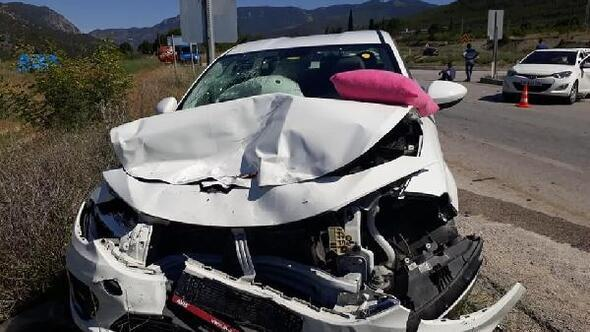 Çorumda 2 otomobil kavşakta çarpıştı : 8 yaralı
