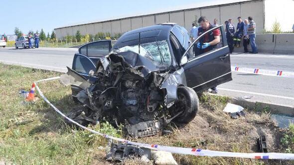 Otomobil bariyere çarptı: Aynı aileden 3 ölü, 2 yaralı