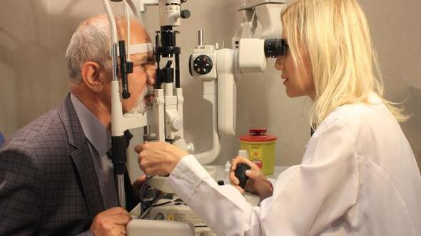 25 yıldır kullandığı gözlüklerinden 10 dakikada kurtuldu
