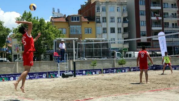 Develide plaj voleybolu turnuvası başladı