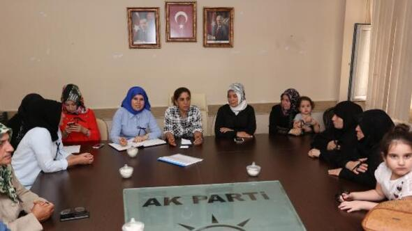 AK Partili kadınlardan kurdeleli tepki