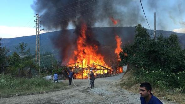Karabükte köyde 3 ev yandı
