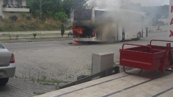 Sinopta hareket halindeki tur otobüsü yandı