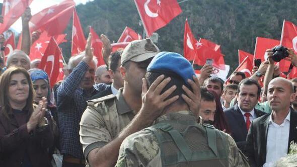 Kürtünde, 2 PKKlı teröristi öldüren askerlere coşkulu karşılama/Ek fotoğraf